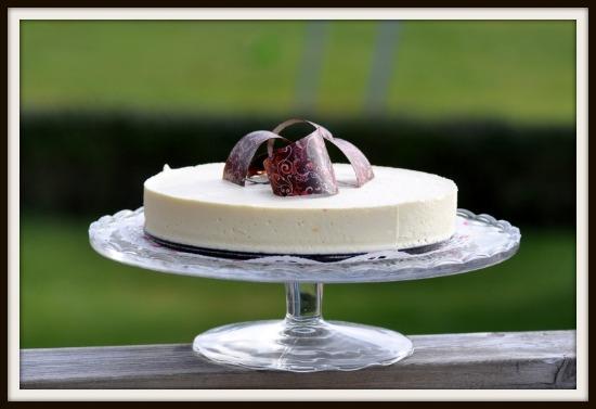 vit chokladmoussetårta med mandelbotten